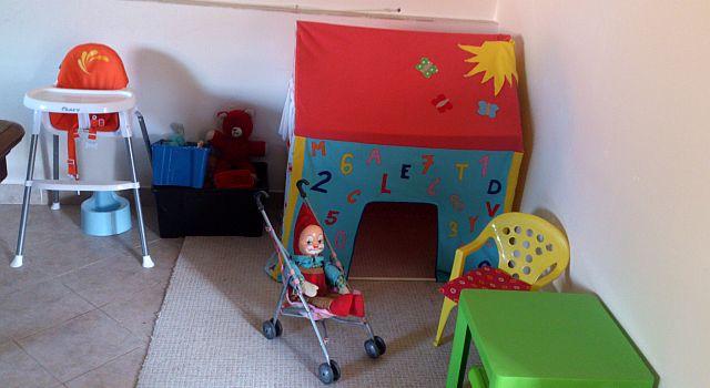 Připravili jsme pro Vaše ratolesti dětský koutek, kde se můžou vyřádit. K dispozici je i dětská stolička, nočník a dvě postýlky.